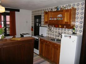 Kuchyně s linkou, sporákem, lednicí a varnou konvicí