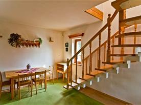 Jídelna a schody do patra