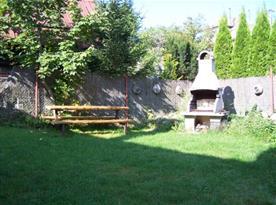 Venkovní posezení s krbem na zahradě u chalupy