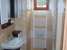 Koupelna s vanou, umývadlem a zrcadlem