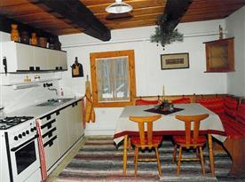 Kuchyně s linkou, sporákem, lednicí, mikrovlnou troubou a rychlovarnou konvicí