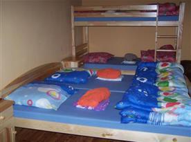 Ložnice s manželskou postelí a palandou