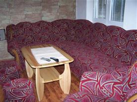 Společenská místnost se sedací soupravou a stolkem