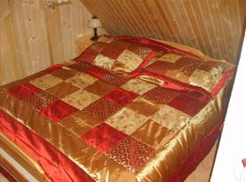 Podkrovní pokoj s lůžky, nočními stolky a lampičkami