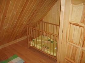 Podkrovní pokoj s postýlkou
