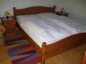 Pokoj s manželskou postelí, nočními stolky a lampičkami