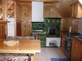 Jídelní kout v kuchyni s kachlovými kamny