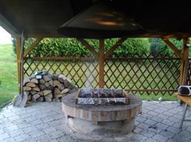 Zastřešený altán s posezením a ohništěm