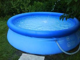 Bazén na zatravněném dvoře