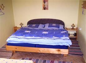 Pokoj A s manželskou postelí, nočními stolky a lampičkami
