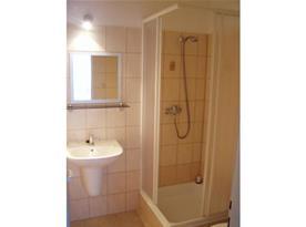 Koupelna s umyvadlem a spchovým koutem