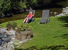 Relaxačná zóna s lezadlami v nasej zahrade
