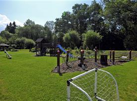 Detské ihrisko s trampolínou ponúka deťom veľa možností na zábavu