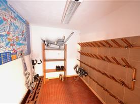 Skiroom na odkladanie lyží a športových potrieb je vybavena ohrievačmi lyžiarok