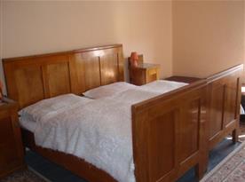 Pohled na interiér ložnice s manželským lůžkem