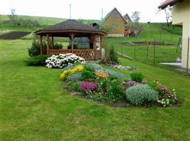 Upravená zahrada s altánkem