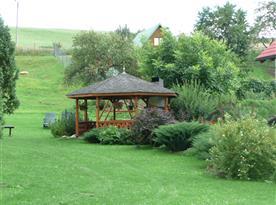 Záhrada s altánkem