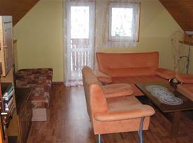 Ložnice s lůžky, sedací soupravou a balkonem