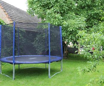 Zahrada s trampolínou pro děti