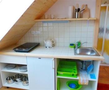 Kuchyňka s vařičem, rychlovarnou konvicí a lednicí