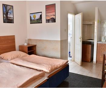 Dvoulůžkový pokoj s kuchyň. koutem, koupelnou a WC