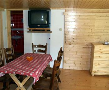 Jídelní stůl a televize