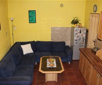 Apartmán A - pohovka v kuchyni