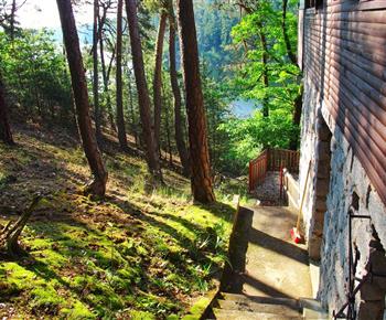 Schodiště na terasu a k cesta k vodě