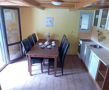 Plně vybavená obytná kuchyň s jídelnou se vstupem na terasu