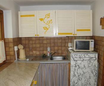 Kuchyně s lednicí, varnou konvicí a mikrovlnou troubou