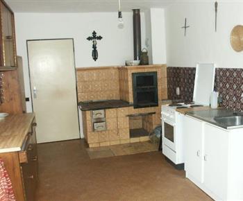 Kuchyně se sporákem, kamny, lednicí, varnou konvicí