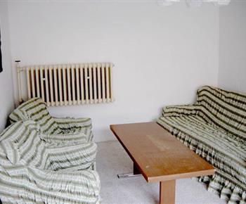 Obývací pokoj se sedací soupravou a stolkem