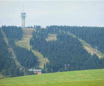 Pohled na lyžařské středisko Klínovec v létě