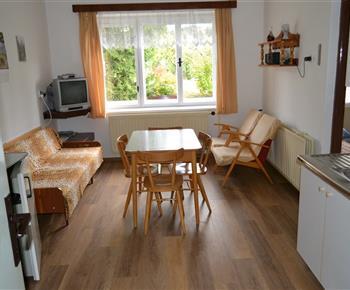Obývací kuchyň s televizí a výhledem do přírody