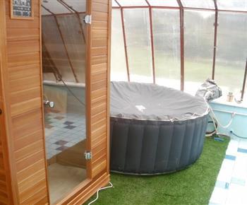 Mini wellness centrum s bazénem, infrasaunou, sprchovým boxem, vířivkou a odpočinkovým koutem