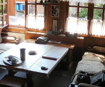 Společenská místnost s pohovkou a velkým stolem