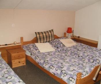 Ložnice s manželskou postelí a lůžkem