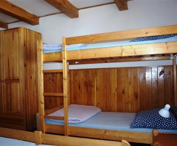 Pokoj s manželskou postelí a palandou