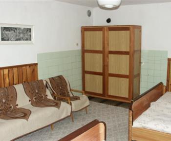 Obývací pokoj s ložnicí,pohovkou, křeslem, skříní