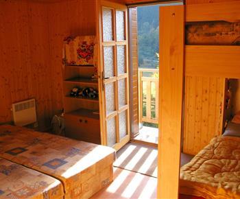 Ložnice s lůžky a se vstupem na balkón