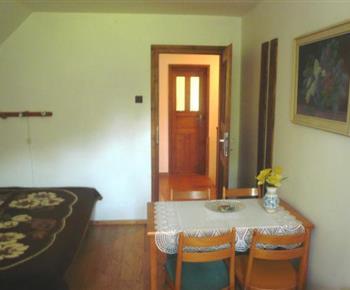 Podkrovní ložnice s lůžky a posezením
