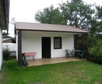 Pohled na 2 lůžkovou chatku s terasou