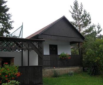 Pohled na 3 lůžkovou chatku s terasou