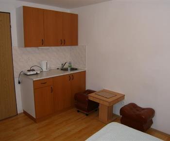 Kuchyňský kout ve 2 lůžkové chatce s vařičem, lednicí, stolkem, taburetem