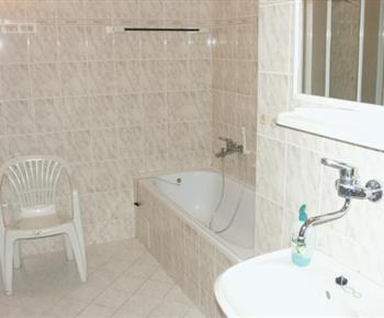 Koupelna s vanou, umývadlem a pračkou