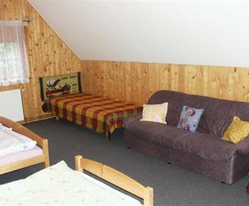 Podkrovní pokoj s lůžky a pohovkou
