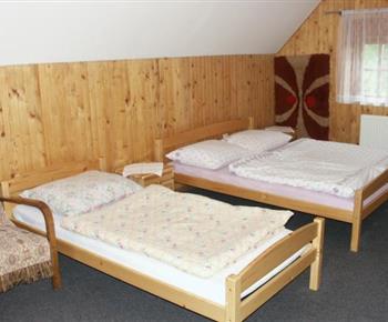Podkrovní pokoj s lůžky, křeslem