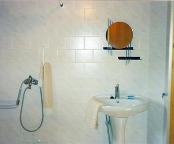 Sociální zařízení chatky se sprchou a umyvadlem
