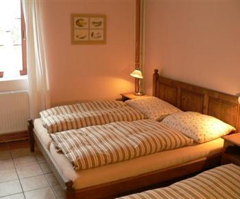 Apartmán B ložnice s lůžky, skříní, nočním stolkem a lampičkou