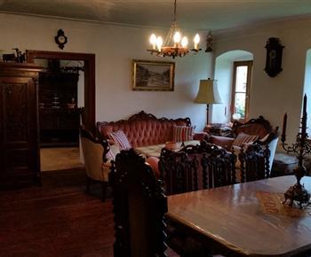 Hlavní obývací místnost s kachlovými kamny